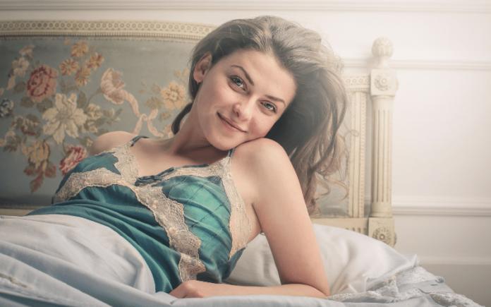 Satynowa koszula nocna – czyli Twój sekret piękna w łóżku